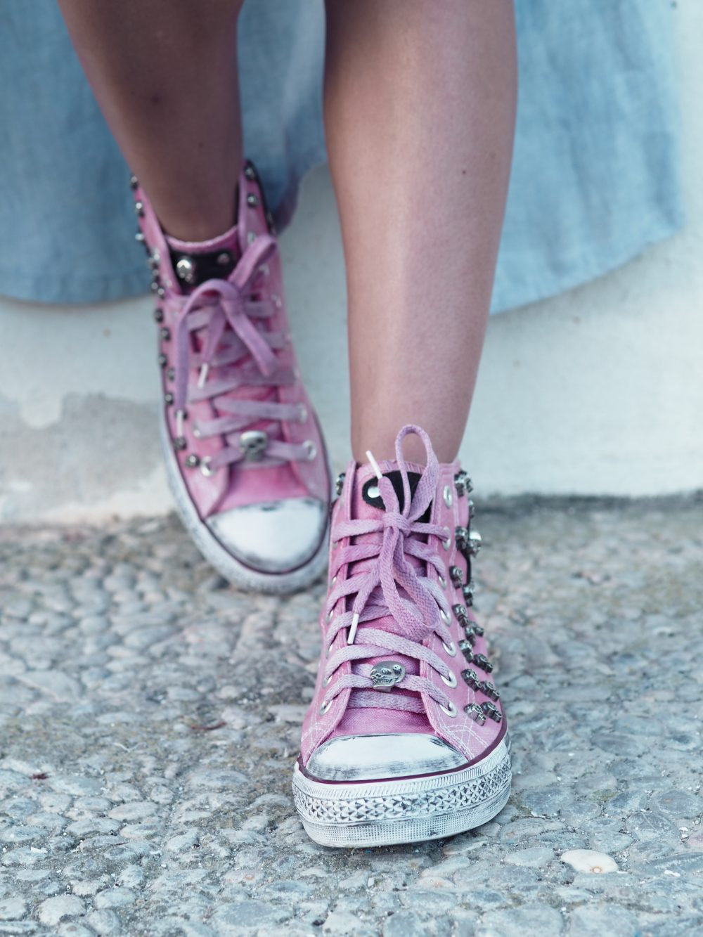 Whitney's Wonderland UK Top Fashion Blogger wears White Sun Ibiza pink customised converse